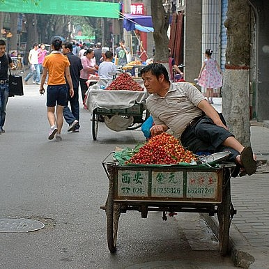 """Chinese Street Vendor Staged Death Foiled when """"Corpse"""" Had to Get a Drink"""