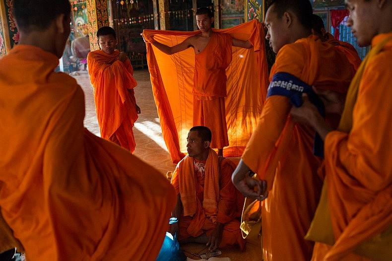 December 04, 2013 – Kampong Thom, Cambodia. Monks get ready on day four of a ten day Human Rights march into Phnom Penh on National Road 6. After the Cambodia's general elections in July 2013, groups of Monks took an active roll in politics and promoting Human Rights. © Nicolas Axelrod / Ruom