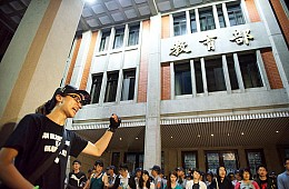 After Young Taiwan Activist's Suicide, Hundreds Storm Education Ministry