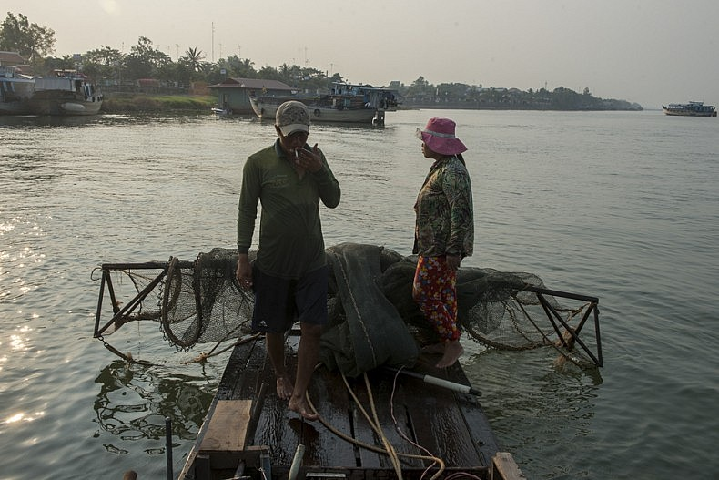 Giau and Bich pull up their nets, which are mostly empty. Photo by Luc Forsyth.