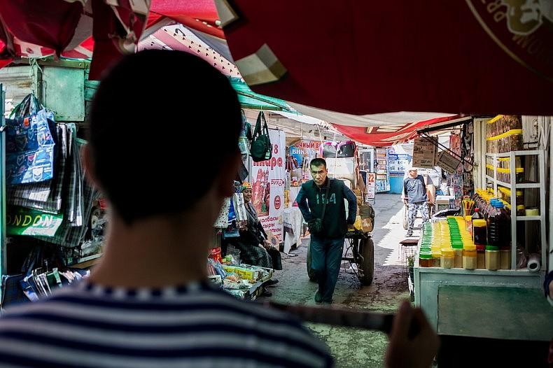 Porters at Dordoi market Source: Elyor Nematov