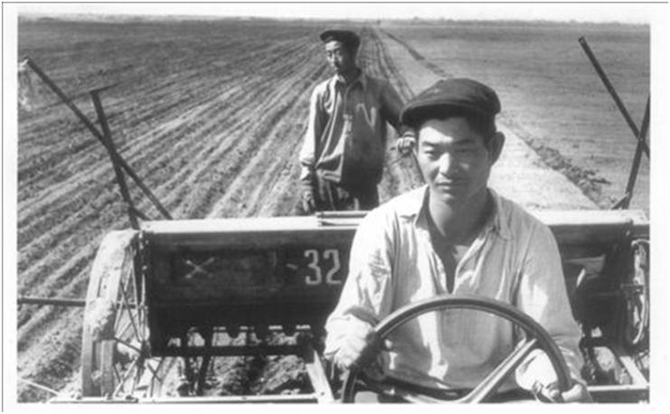 Korean kolkhoz farmers developing the arable land around Tashkent in the early 1940s. Courtesy of Victoria Kim.
