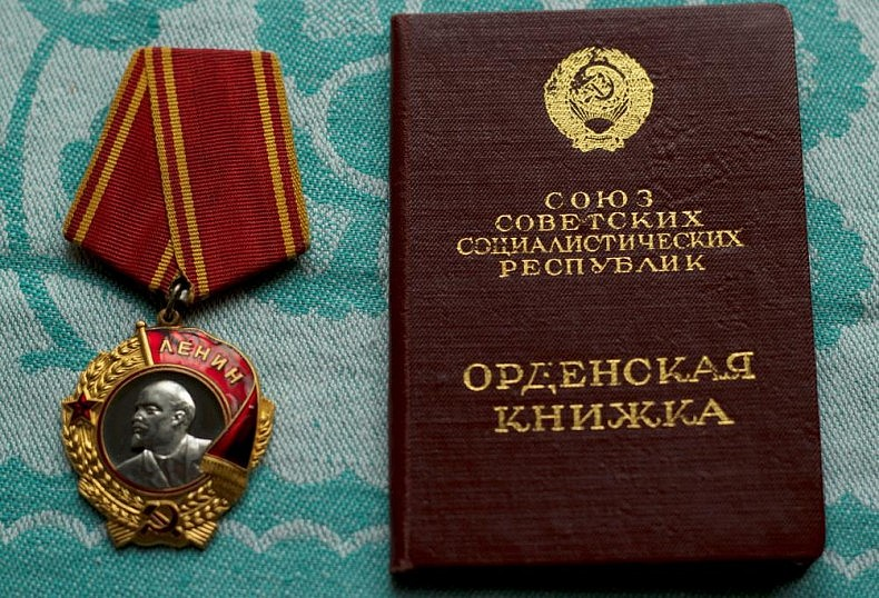 Lenin medal and certificate book. Courtesy of Victoria Kim.