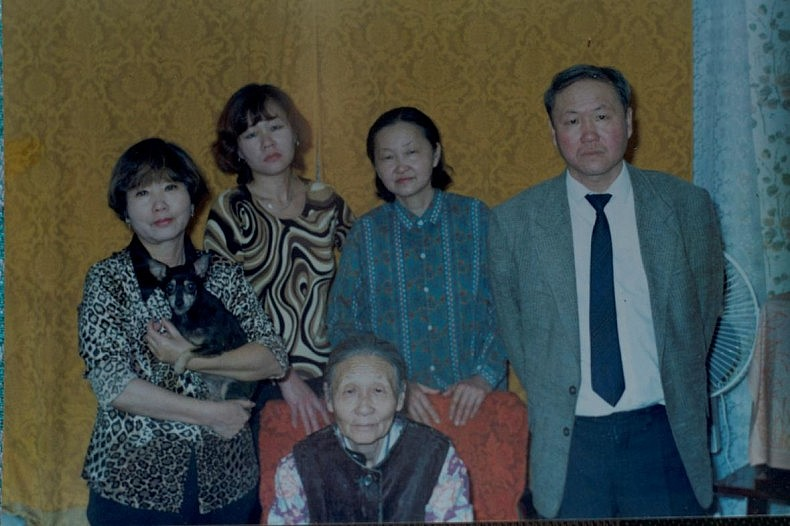 Galina Lee with her children - Nikolay Ten and his three sisters. Courtesy of Victoria Kim.