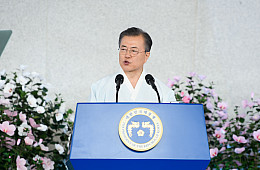 Moon Leaves the Door Open for Talks With Japan